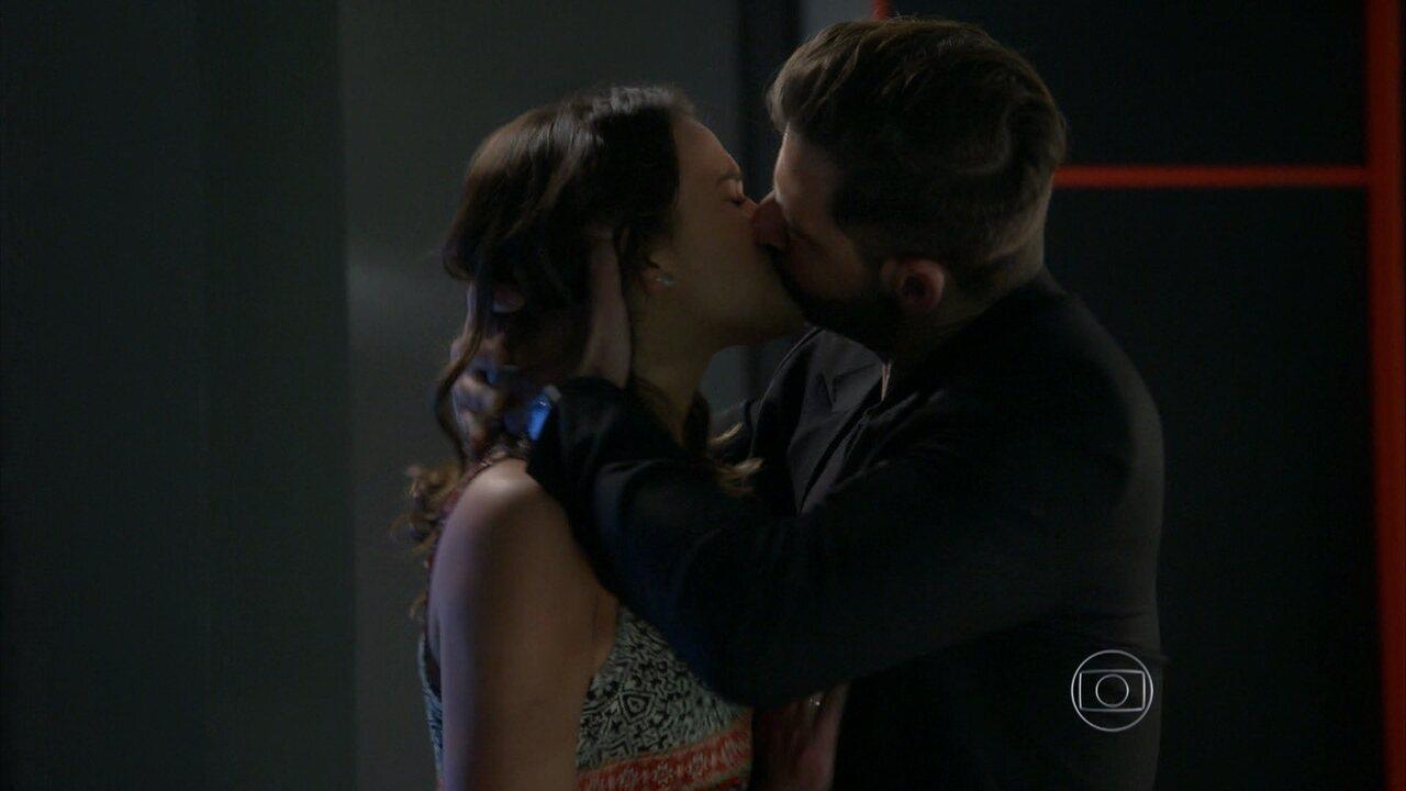 I Love Paraisópolis - Capítulo de sábado, dia 25/07/2015, na íntegra - Gabo beija Mari à força