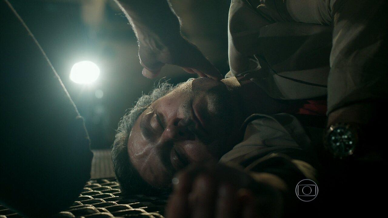 A Regra do Jogo – Capítulo de terça-feira, dia 01/09/2015, na íntegra - Romero confronta Orlando e acaba desmaiando