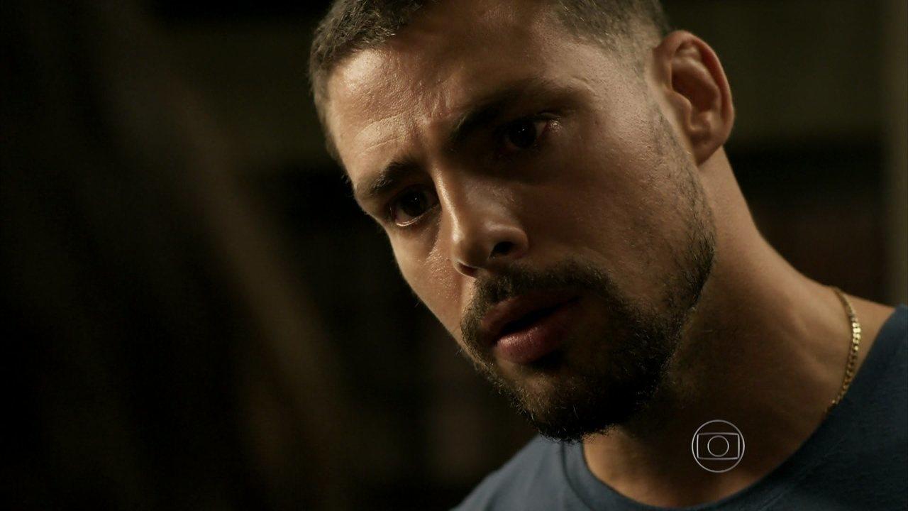 A Regra do Jogo - Capítulo de terça-feira, dia 08/09/2015, na íntegra - Juliano entra em barraco incendiado para salvar Merlô e Alisson