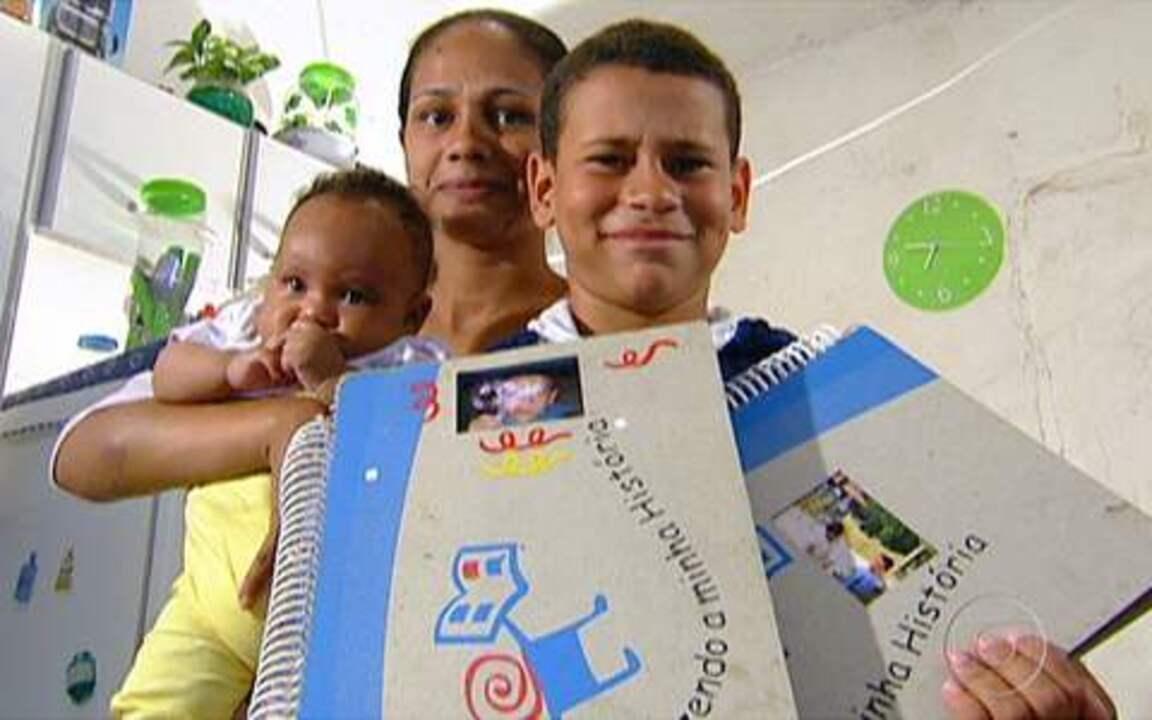Fazendo História - No abrigo Raio de Sol, em Jardim São Luiz, na Zona Sul de São Paulo, cada voluntário cuida de uma criança. Os dois, juntos, puxam o fio da narrativa em um álbum de recortes, fotos e memórias.