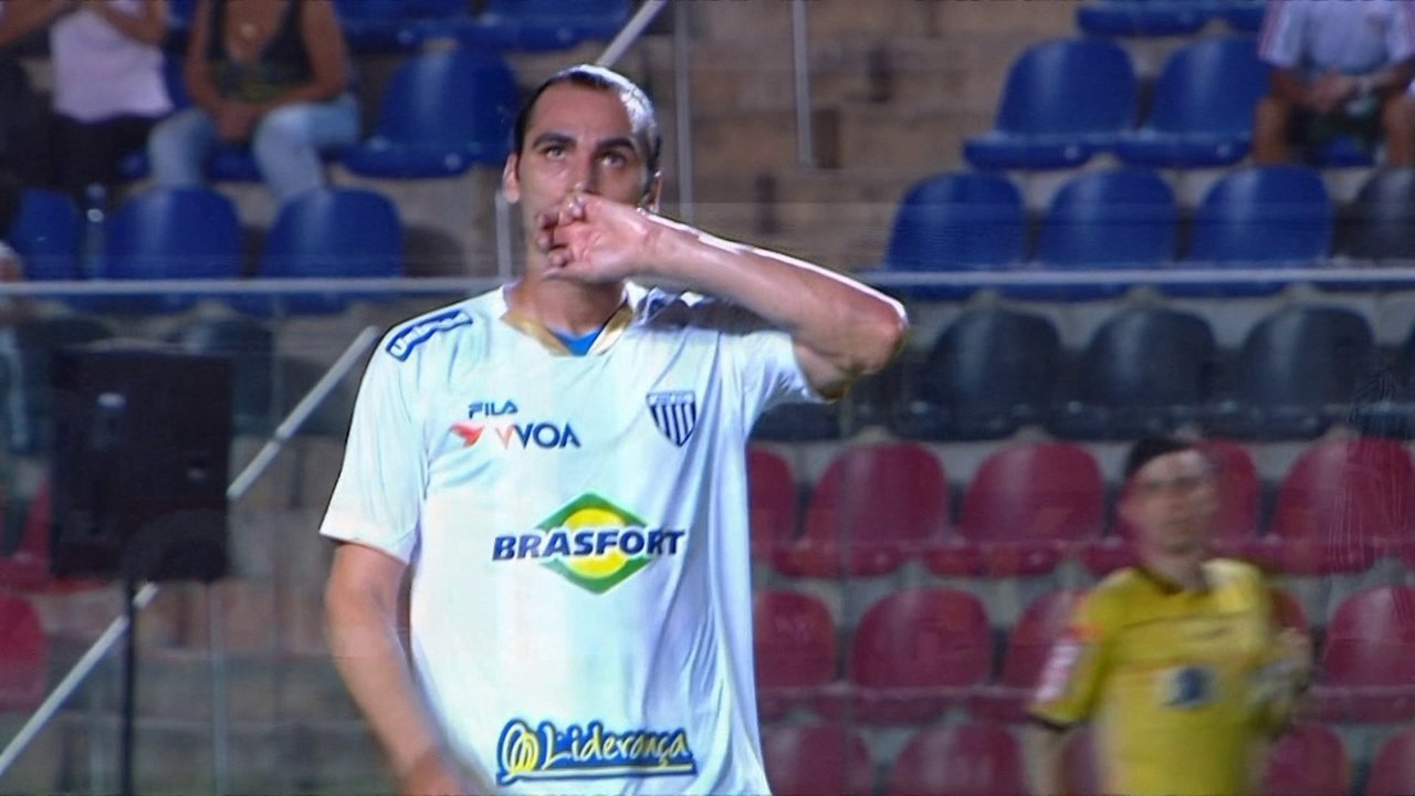 Gol do Avaí! Léo Gamalho desconta em belo chute de longe, aos 44 do 2 tempo