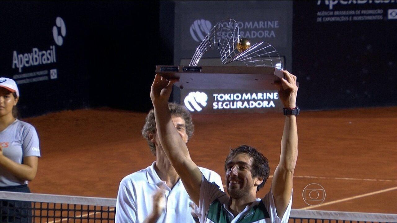 Francesca Schiavone e Pablo Cuevas vencem o Rio Open de Tênis debaixo de chuva