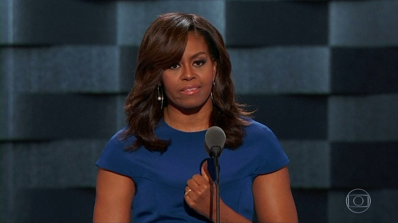 Com discurso forte, Michelle Obama declara apoio a Hillary Clinton