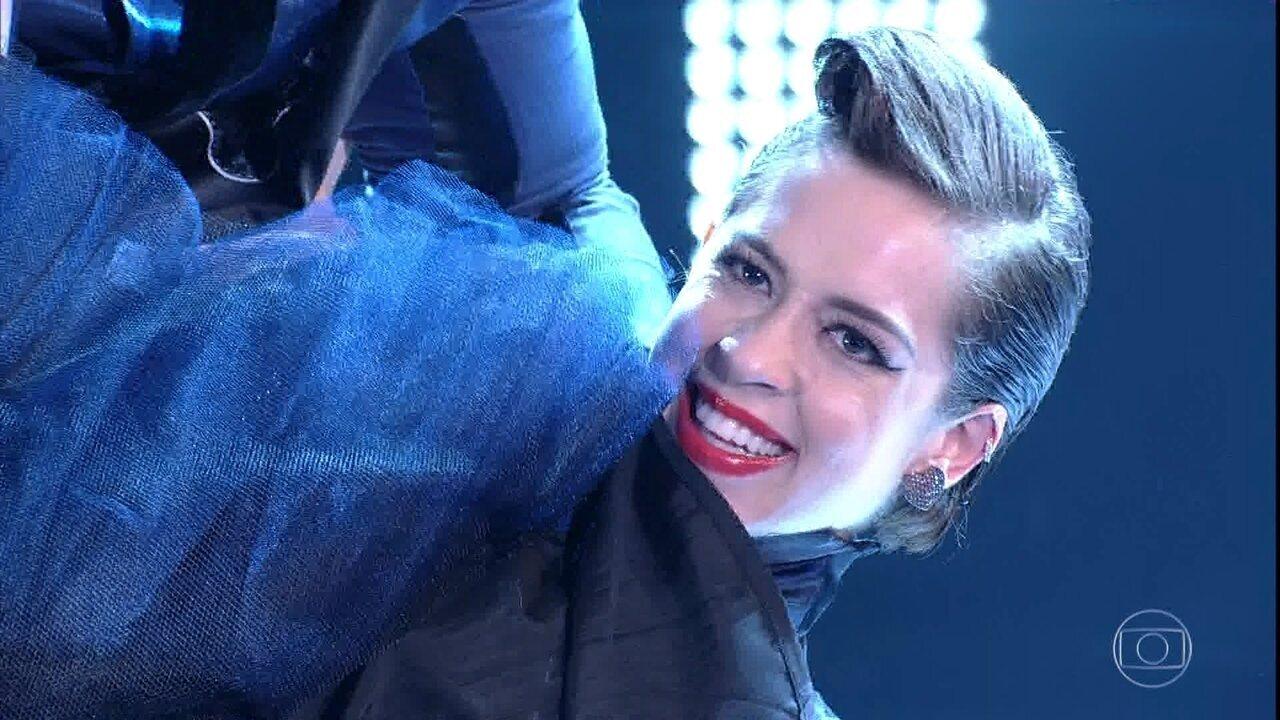 Sophia Abrahão dança rock no palco do Domingão