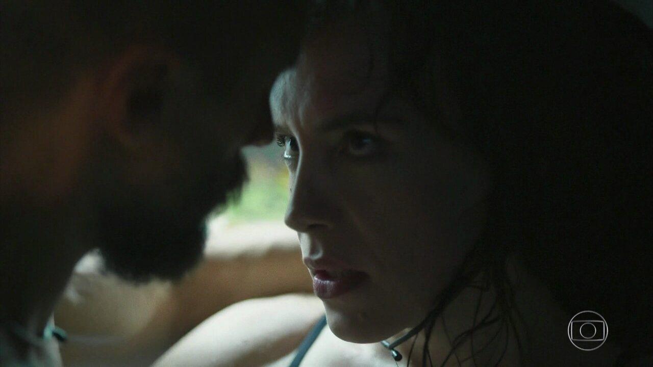 Janette e Luizão ficam juntos na despensa