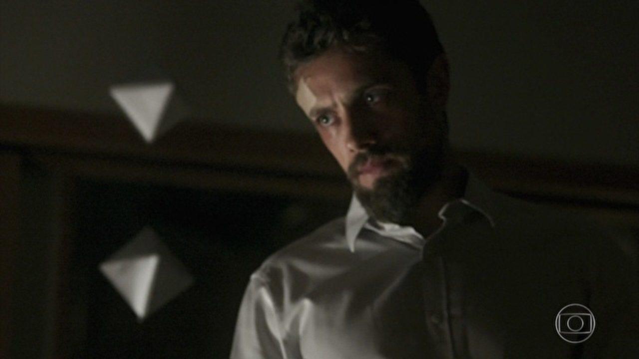 Sol Nascente - capítulo de quinta-feira, dia 17/11/16, na íntegra - César invade o quarto de Alice