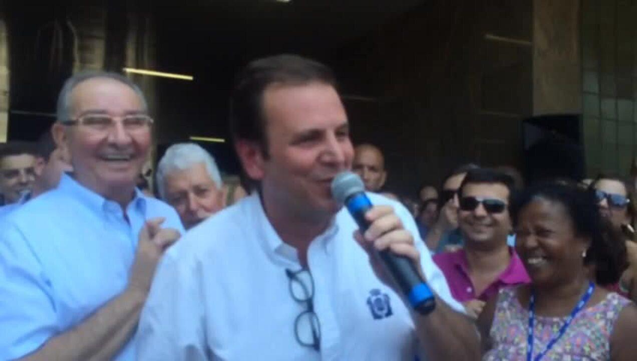 Paes se despede de servidores do Rio ao som de música gospel