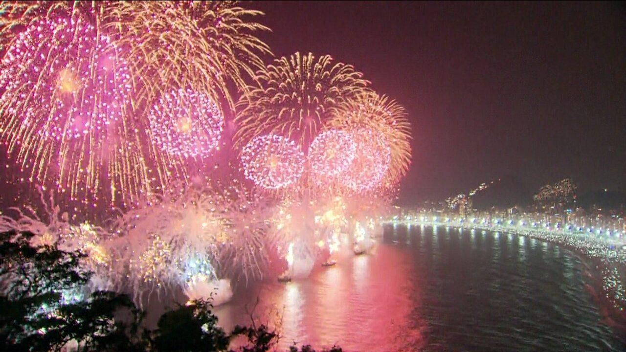 Fogos marcam a virada do ano na Praia de Copacabana, no Rio