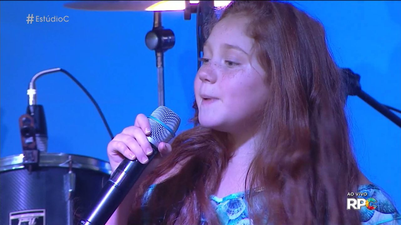 Flavia Scanuffo, do 'The Voice Kids' cantou 'Splish Splash' no 'Estúdio C'