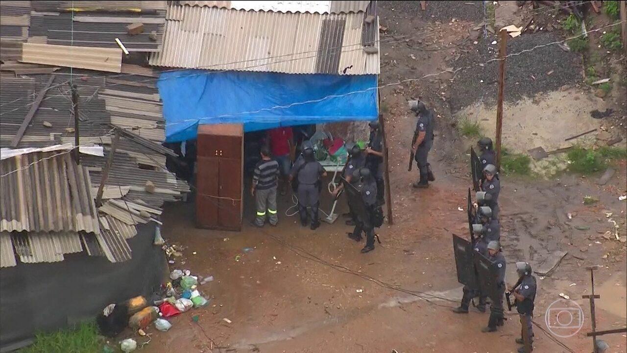 Setecentas famílias são retiradas pela PM de terreno particular em São Paulo