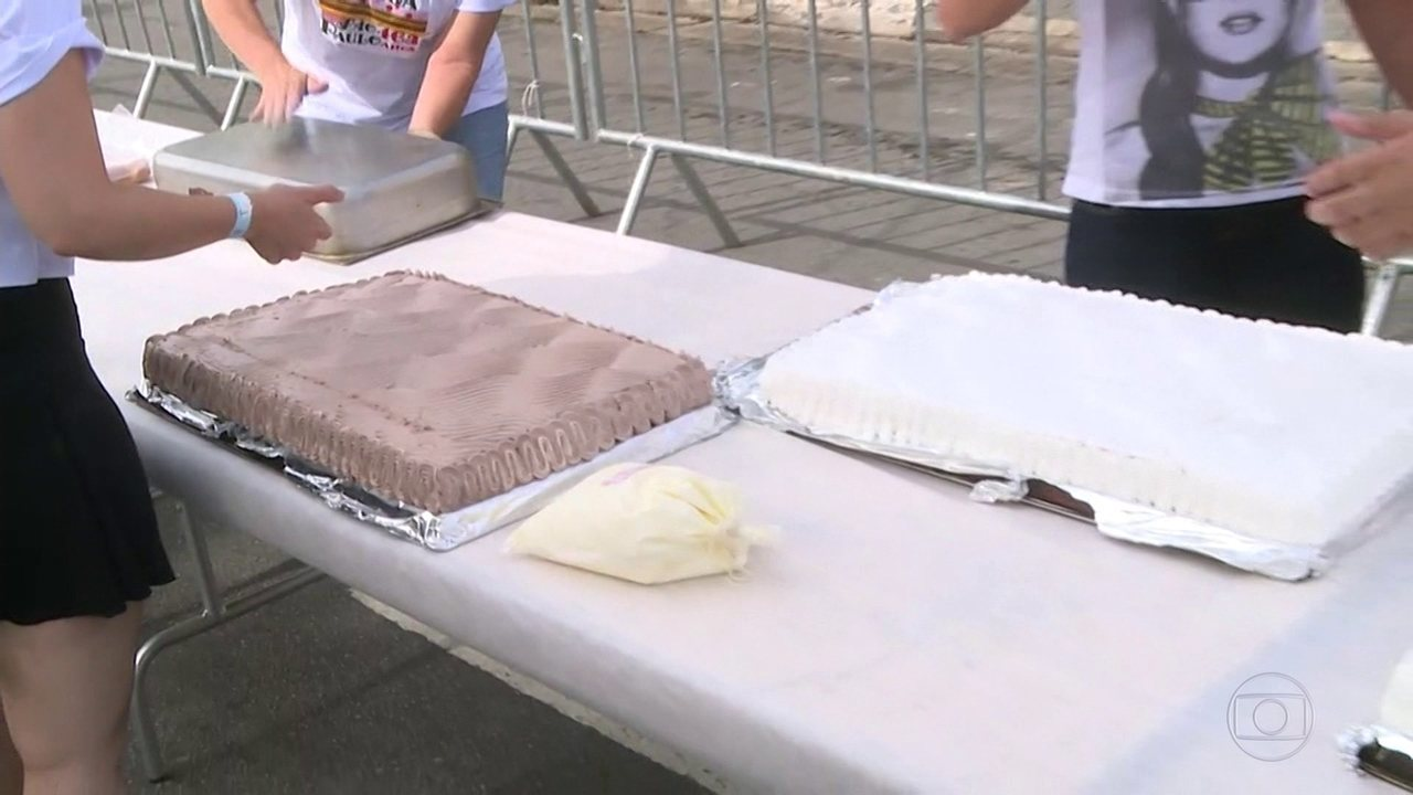 Moradores e comerciantes preparam o tradicional bolo do Bixiga
