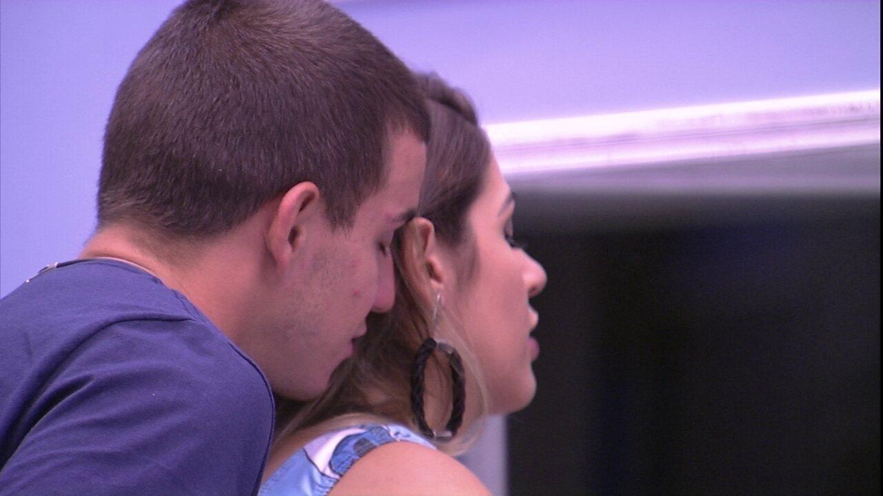Manoel dá chega mais em Vivian: 'Tá linda!'