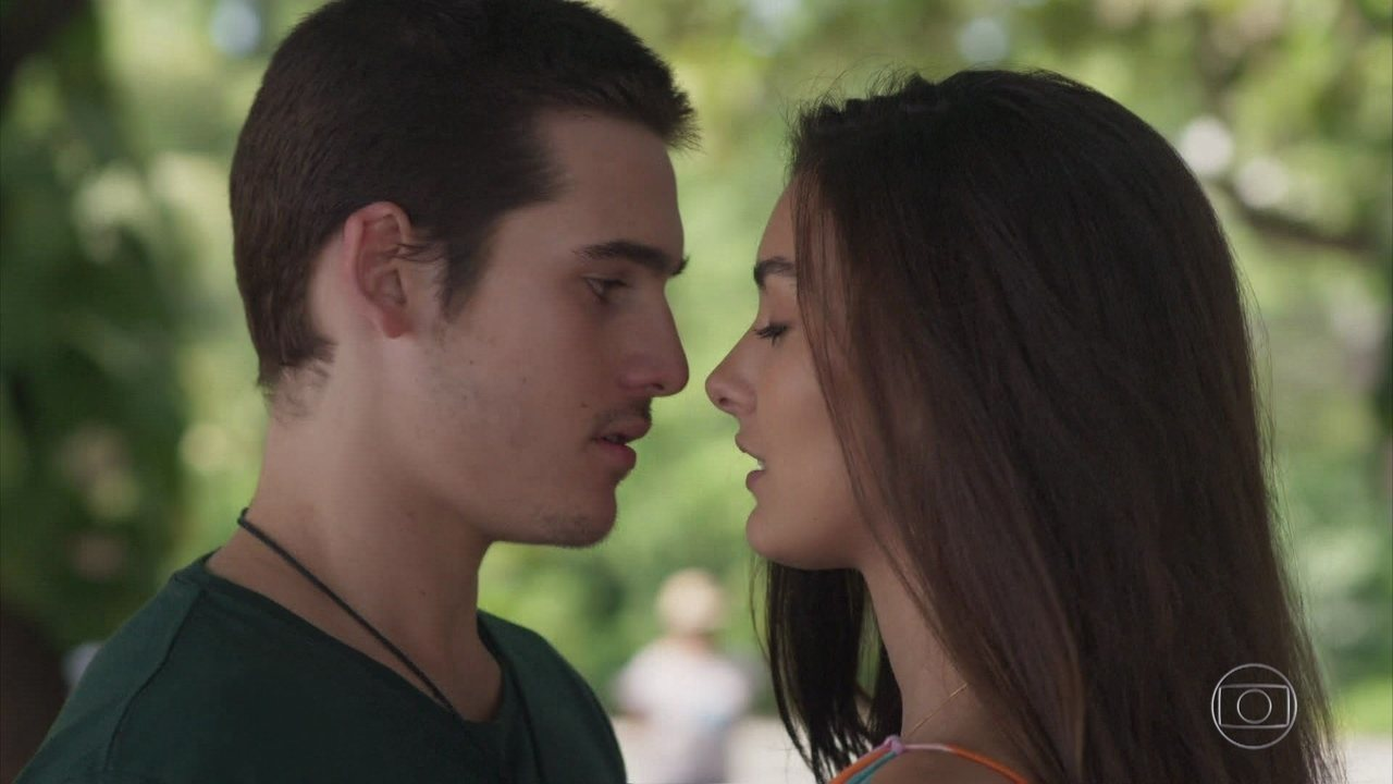 #Zacsmin: Zac e Yasmin namoram escondido em 'Rock Story'