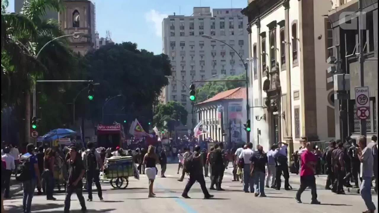 Policiais e manifestantes entram em confronto em ato em frente a Alerj