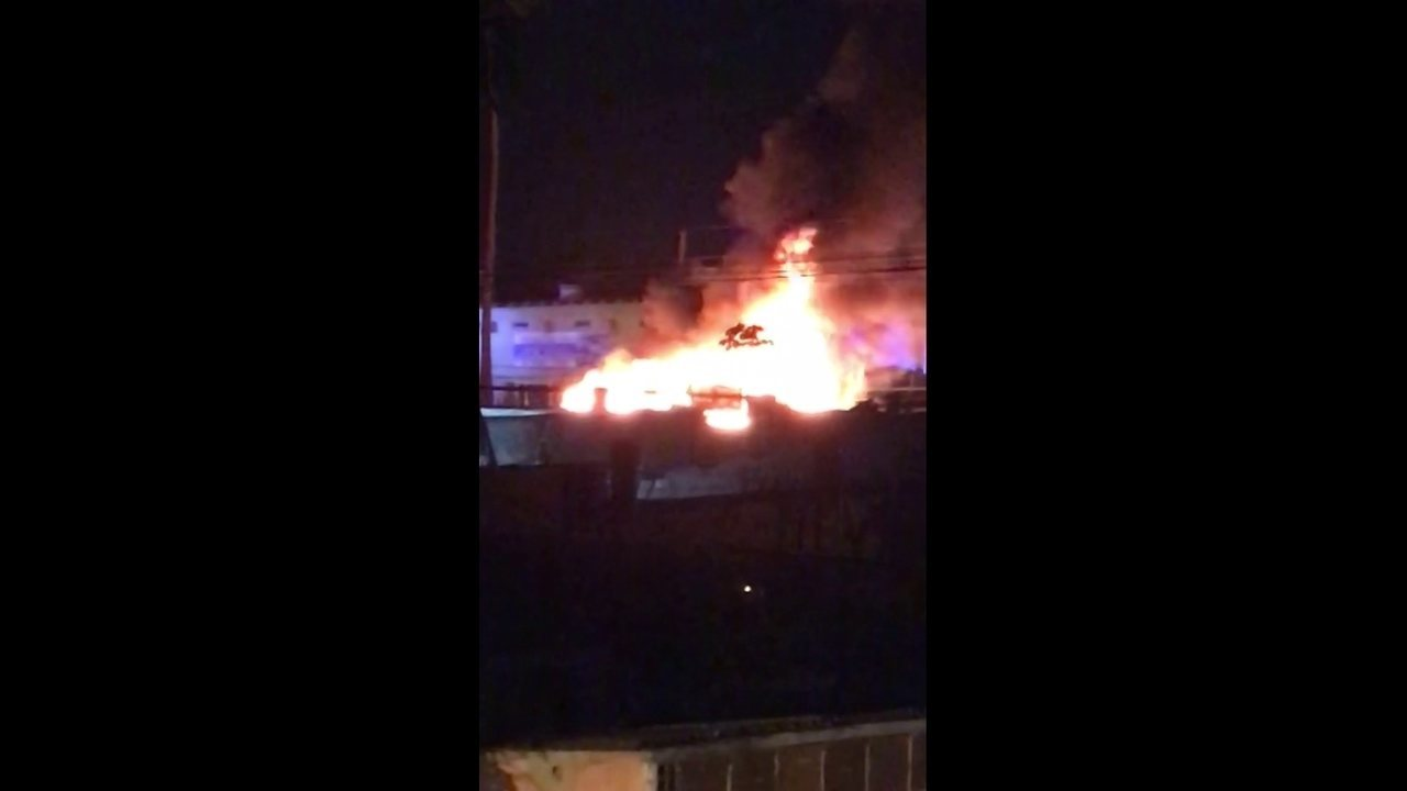 Vídeo mostra veículo pegando fogo durante a madrugada no Recife
