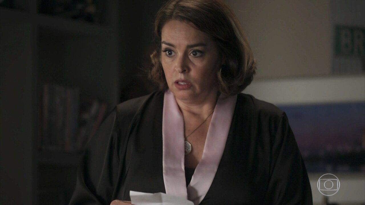 Gilda descobre que Nicolau se consultou com um oncologista