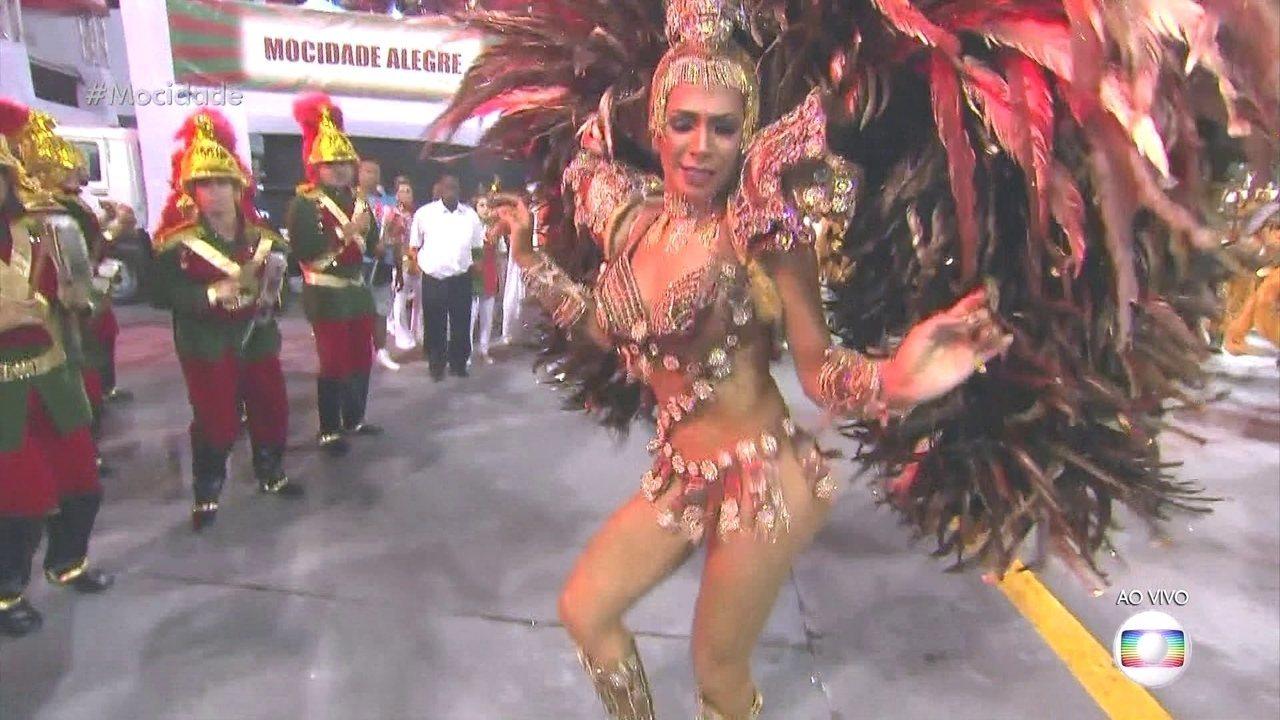 Rainha de bateria da Mocidade Alegre é também ritmista