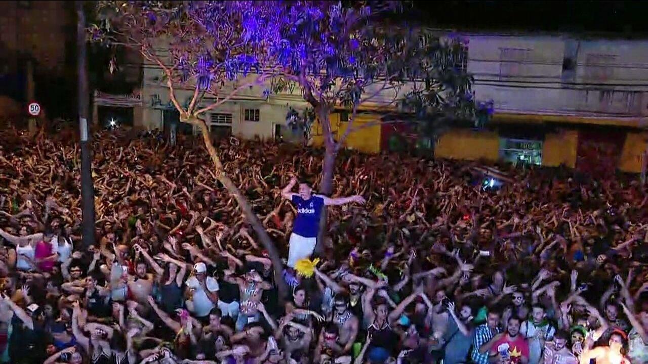 Foliões fazem coreografia de vídeo viral da internet em bloco em São Paulo