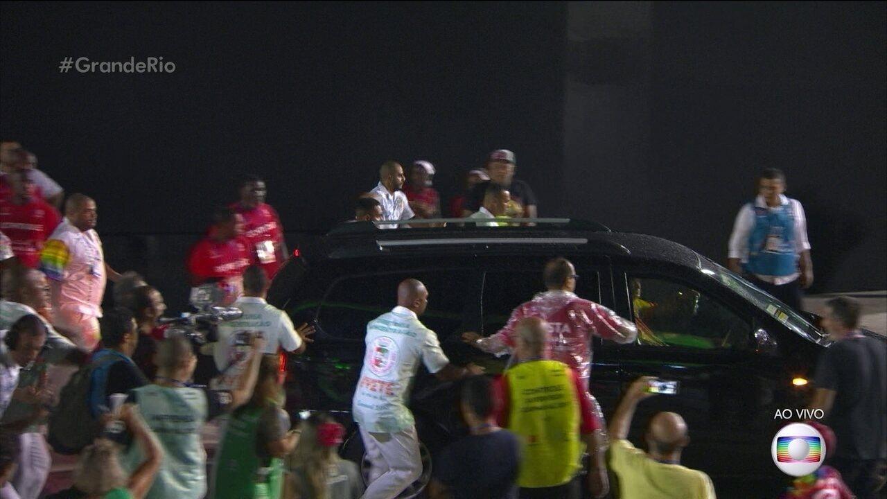 Ivete Sangalo sai de carro após desfilar pela Grande Rio