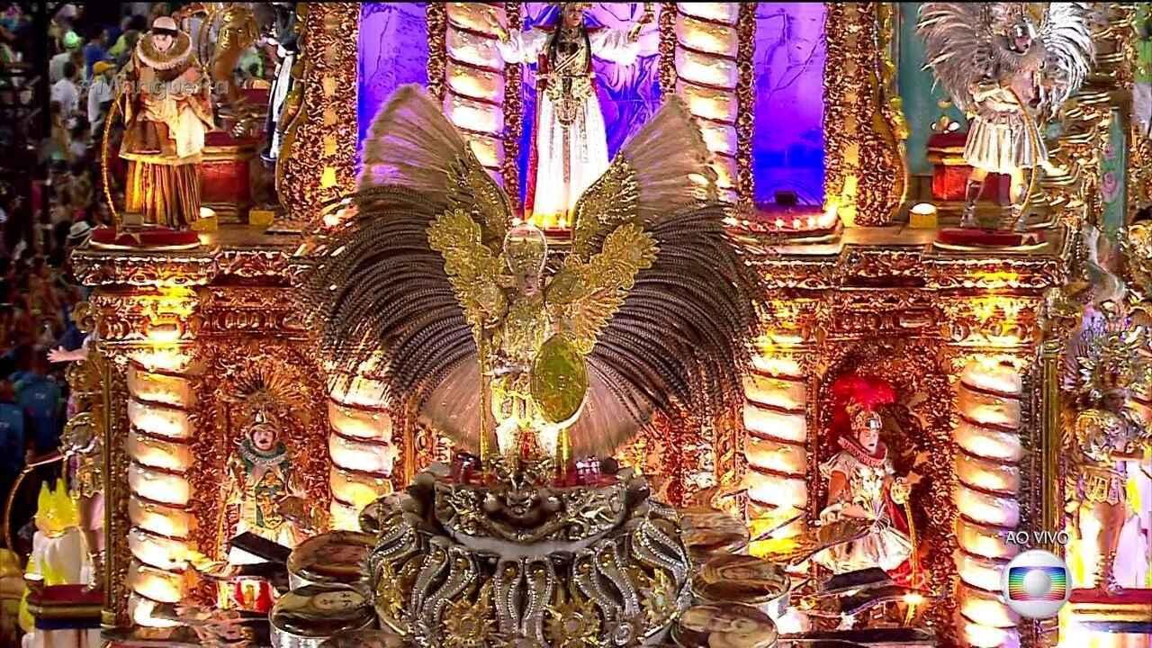 Carro abre-alas retrata a relação dos brasileiros com o divino e espiritual