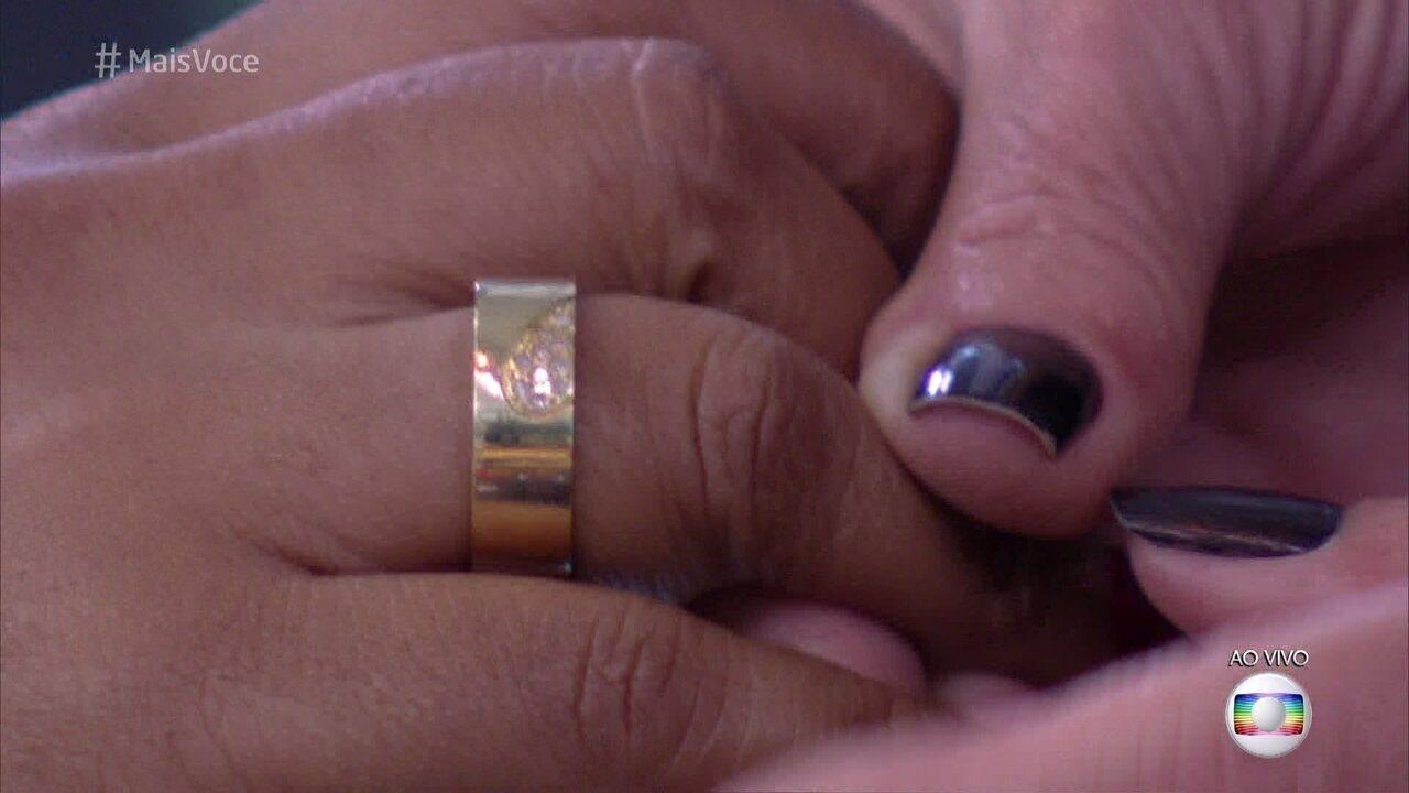 Elis mostra anel de noivado que ganhou do companheiro