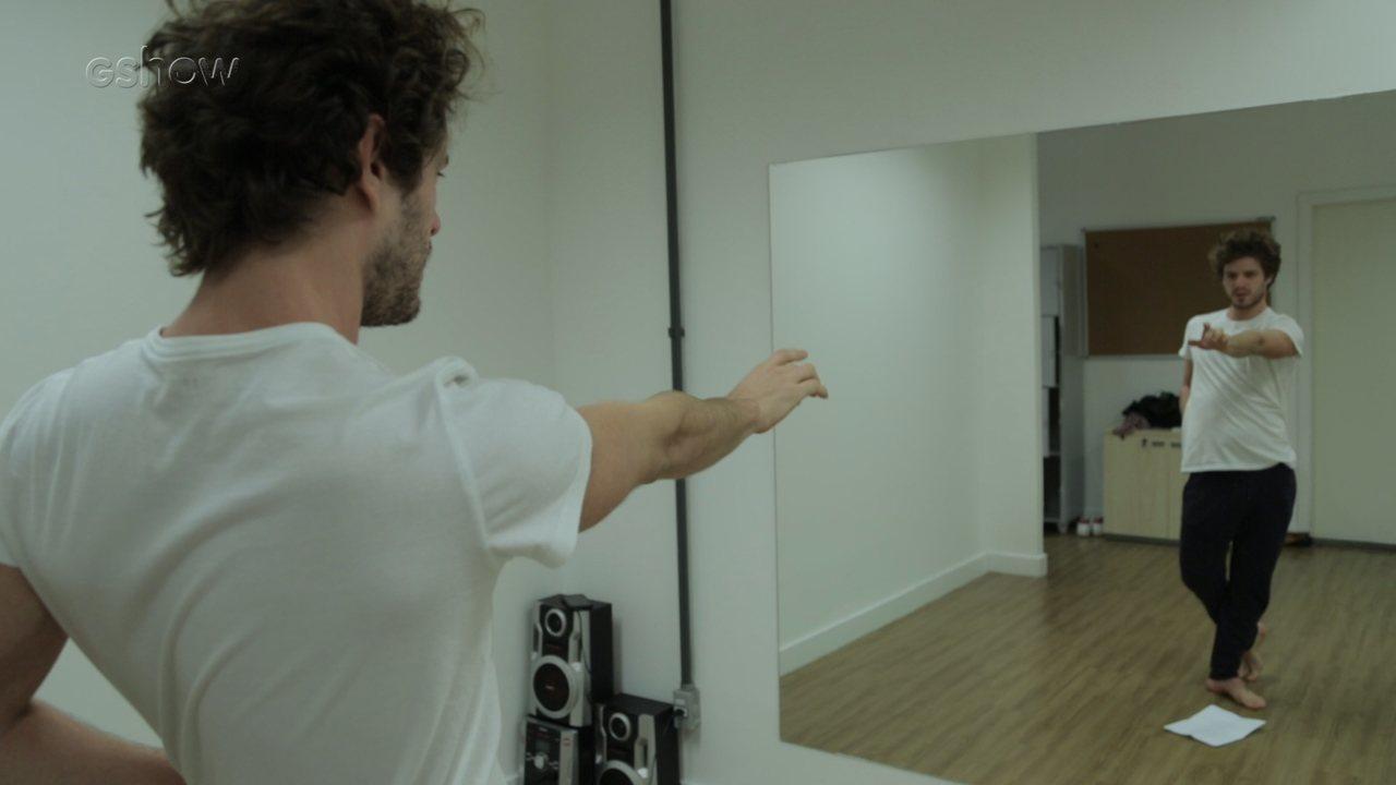 Maurício Destri mostra preparação para viver Leon