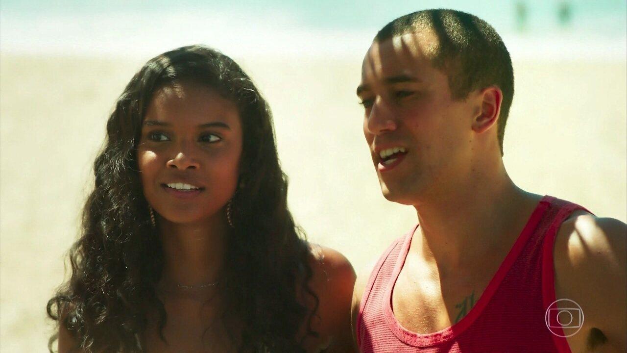 Joana se surpreende ao ver Toninho trabalhando na praia