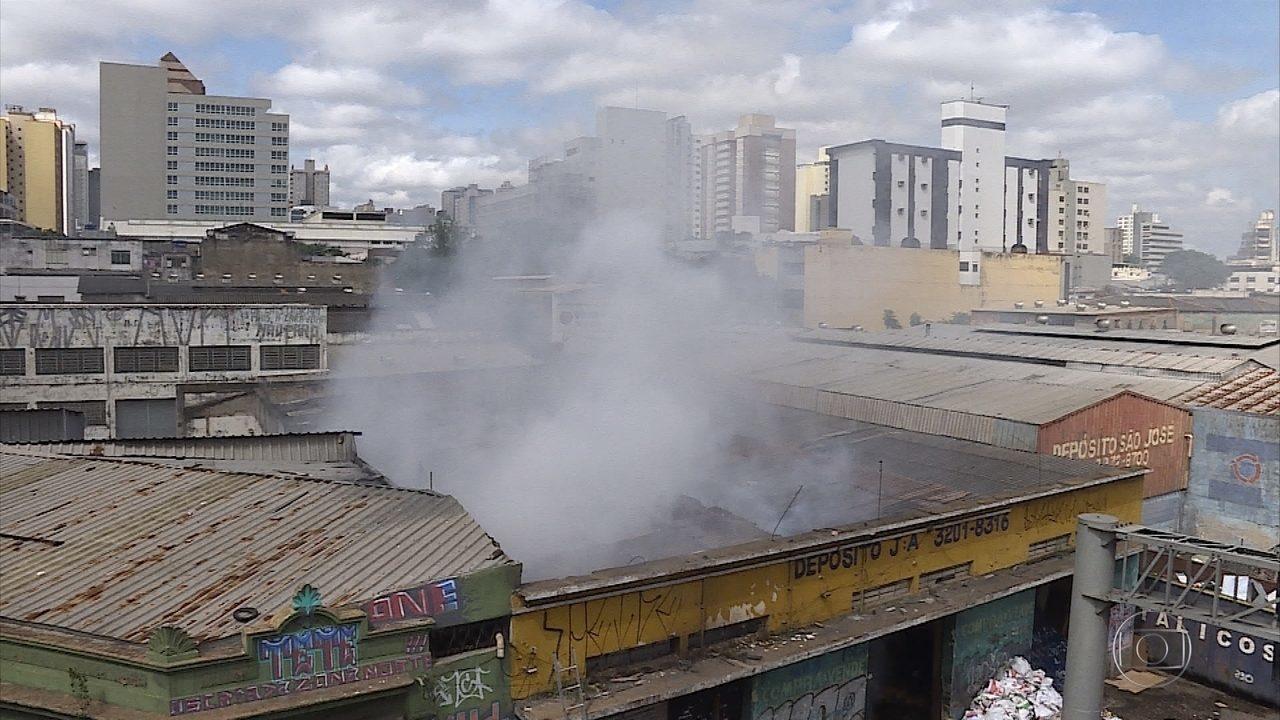 Galpão de materiais recicláveis pega fogo no centro de Belo Horizonte