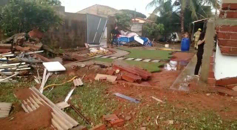 Telhados foram arrancados e muros derrubados durante temporal em Vicente Pires, DF