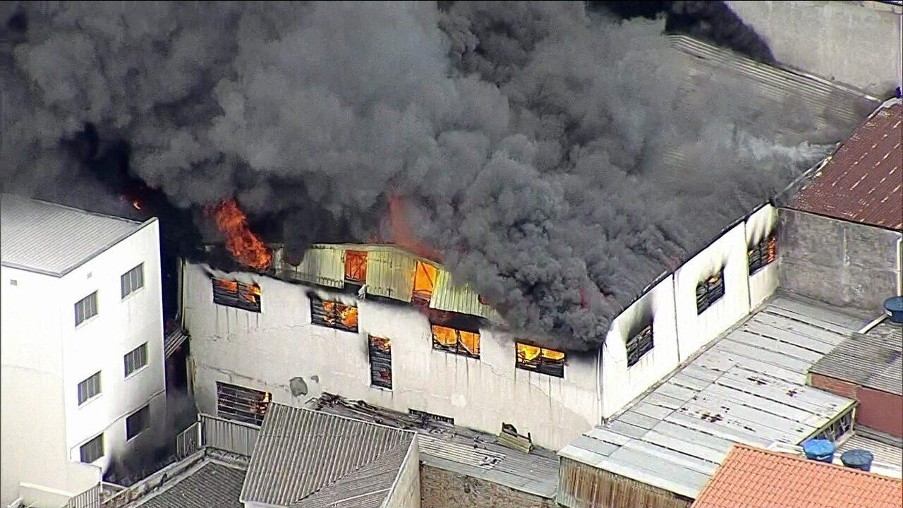 Incêndio atinge loja de móveis em São Paulo