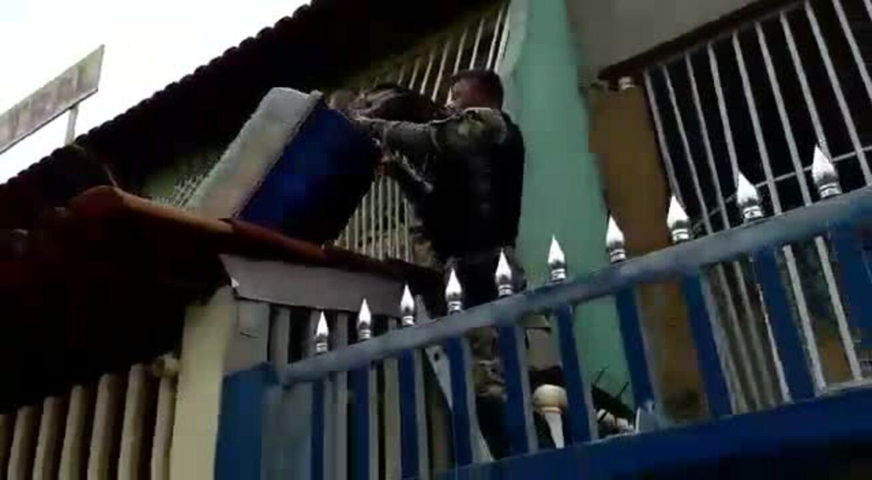 PM resgata porco-espinho em telhado de casa no Recanto das Emas, no DF