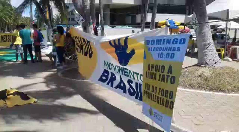 Grupo protesta em defesa da Operação Lava Jato em Maceió