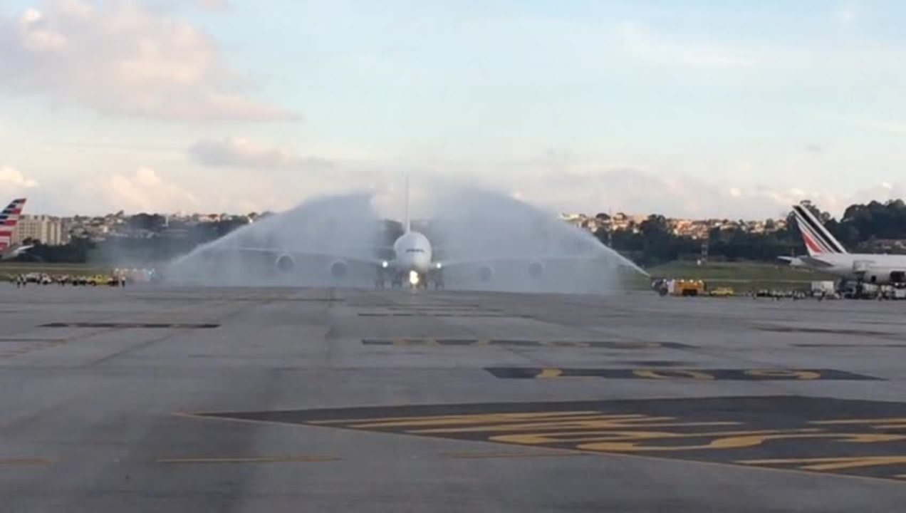 A380 recebe batismo de água após aterrissar em Guarulhos