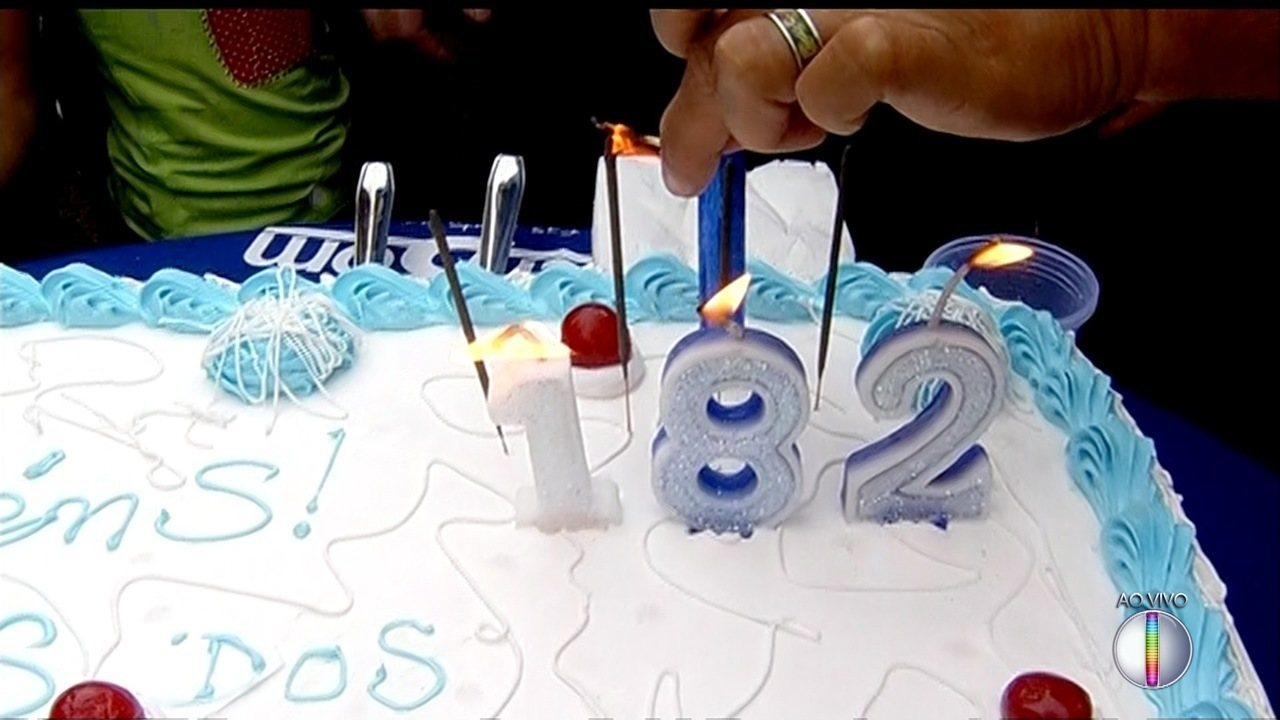 Telejornal contou com bolo de aniversário, música e solidariedade.