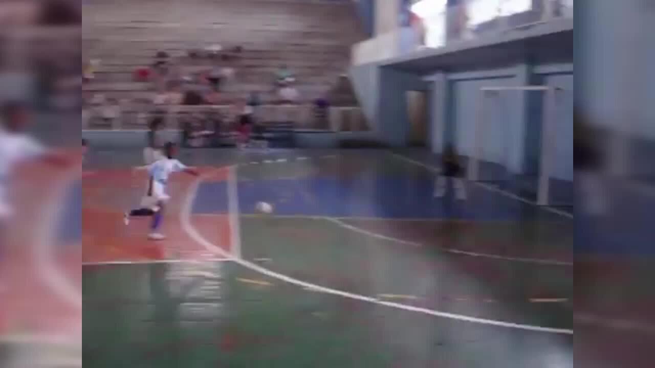 Vinicius Junior dá chapéu em partida de futsal no Canto do Rio