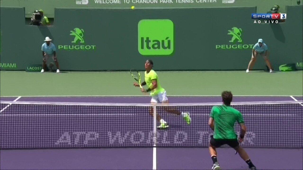 Federer consegue ponto por cobertura e depois quebra o serviço de Rafael Nadal
