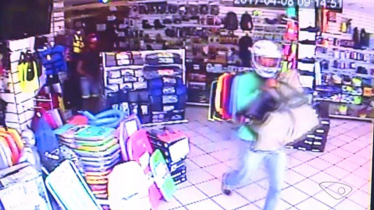 6a3a75b2080 Loja esportiva é assaltada e criminosos levam réplicas de armas usadas em  jogos