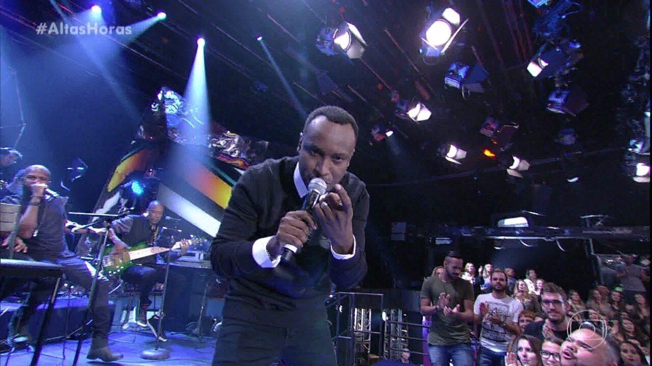 Thiaguinho canta
