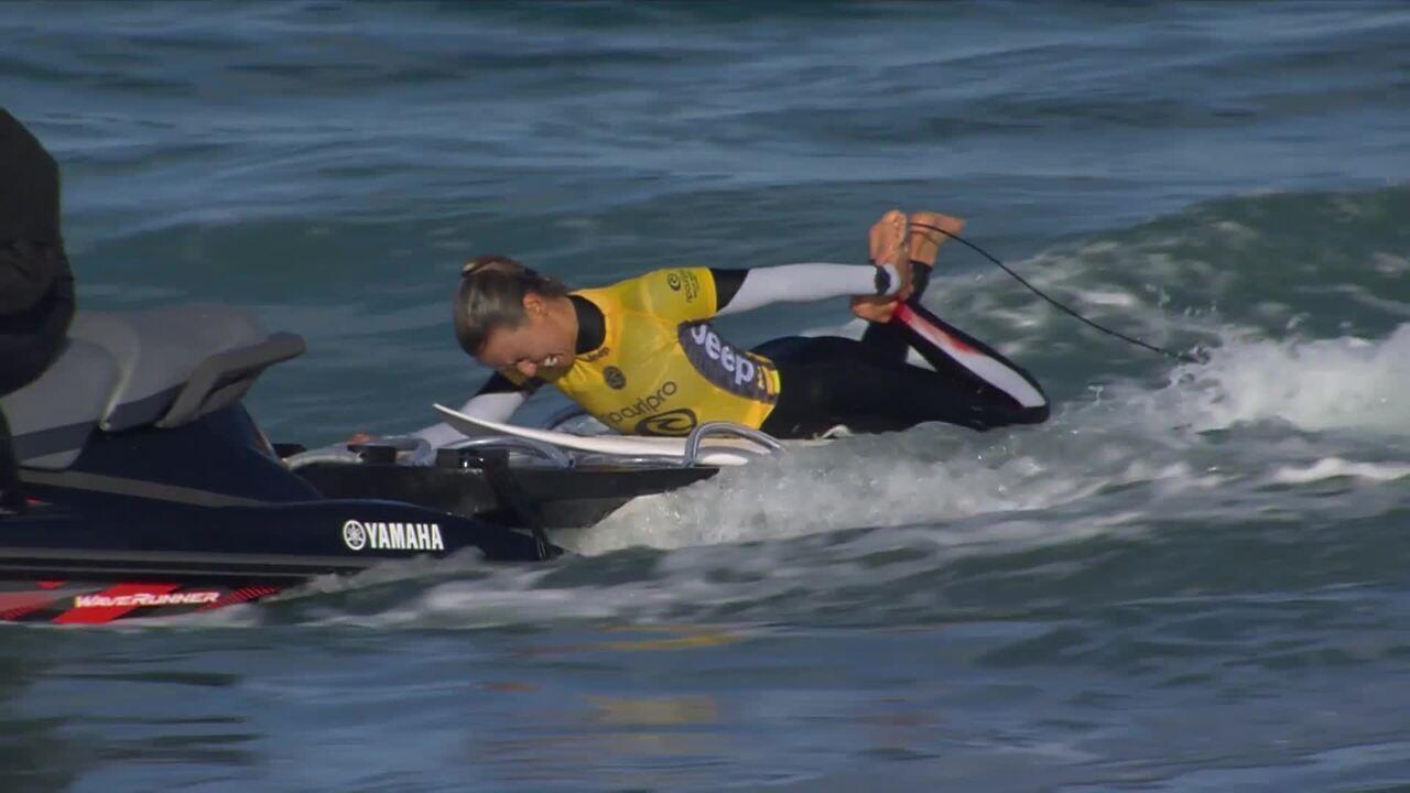 Sally Fitzgibbons deixa mar com pé sangrando em Bells Beach