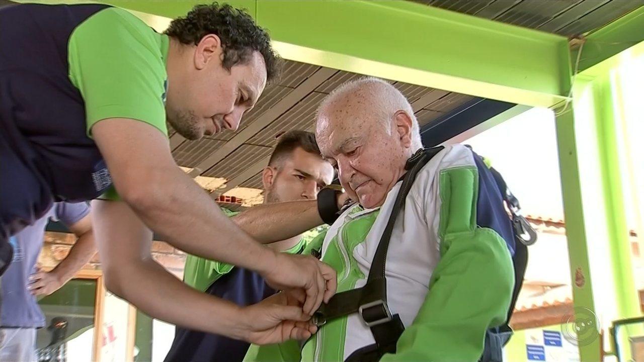 Idoso comemora aniversário de 86 anos realizando sonho antigo: saltar de paraquedas