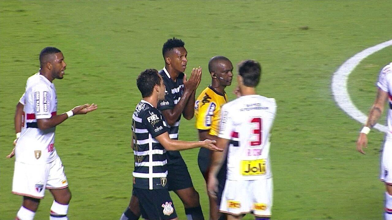 Confira o momento em que Rodrigo Caio assume pisão e o árbitro retira o cartão amarelo de Jô