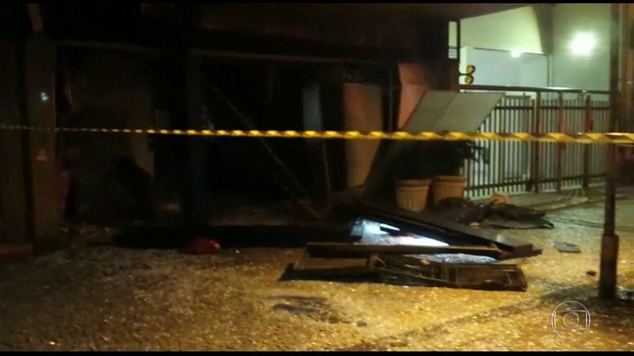 Bandidos explodem caixa eletrônico em Ipanema