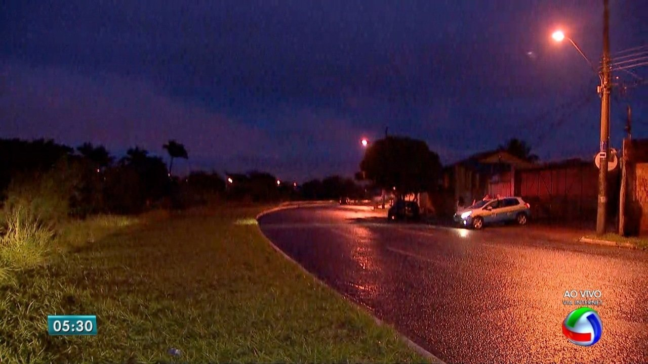 Motorista perde controle e carro cai em córrego, em Campo Grande
