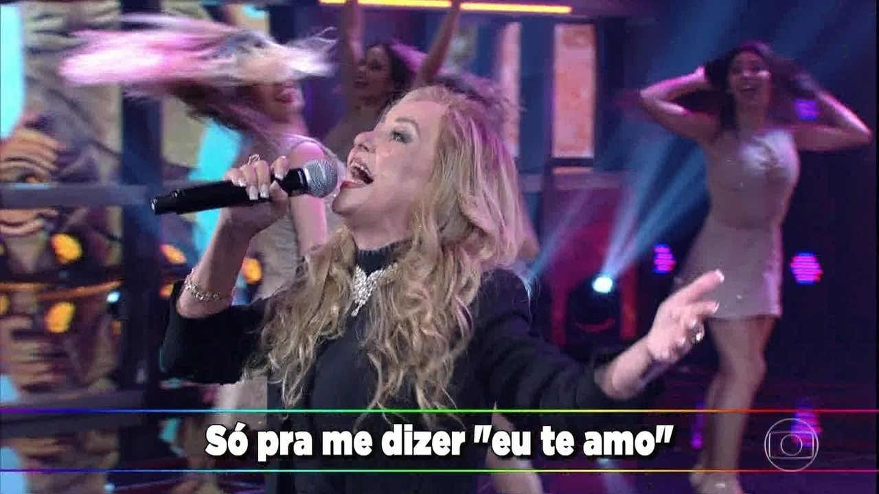 Adriana canta o sucesso 'I Love You Baby'
