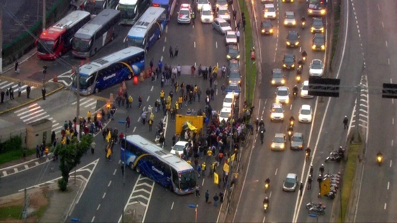 Manifestantes bloqueiam pista e causam confusão no Terminal Rodoviário Tietê