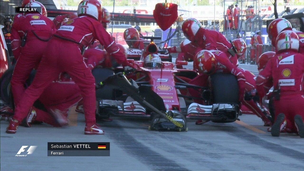 Depois de 35 voltas, Vettel para nos boxes para trocar os pneus