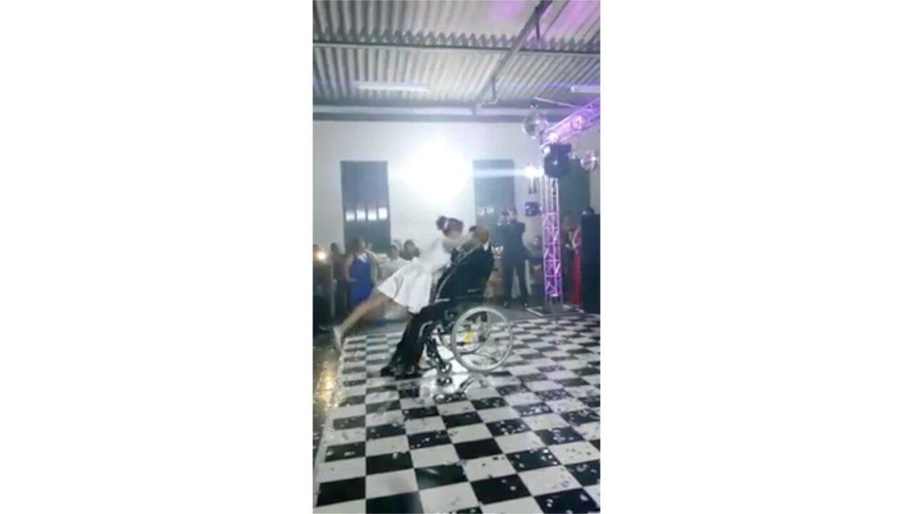 Noivo cadeirante emociona convidados ao dançar em casamento