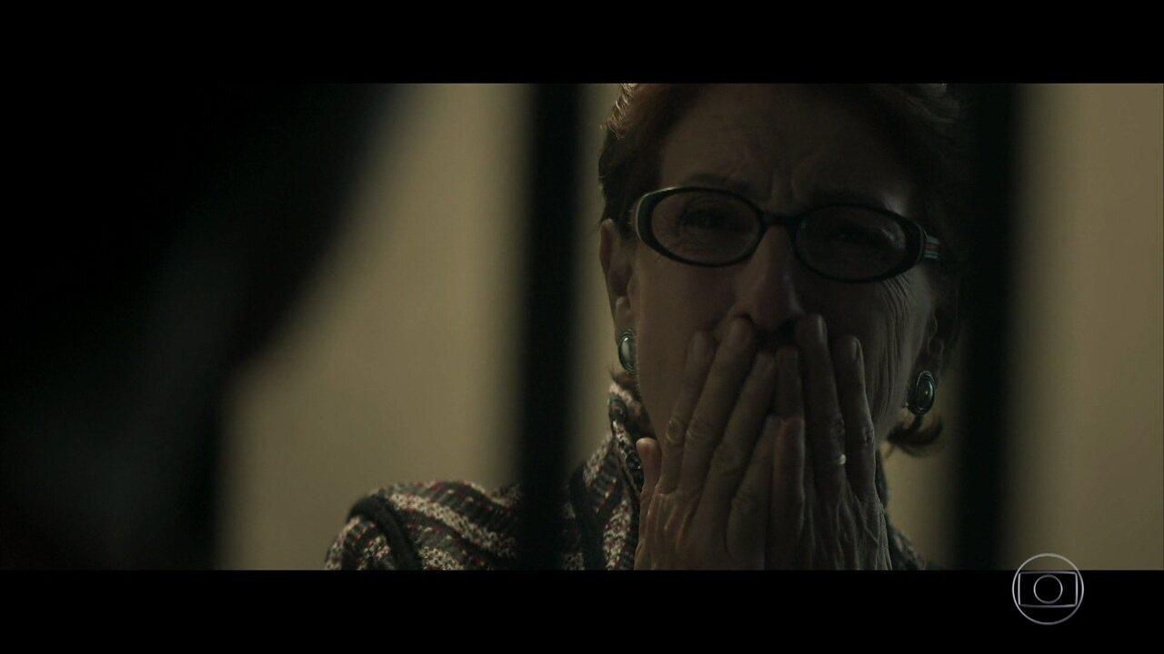 Vera visita Gustavo na prisão