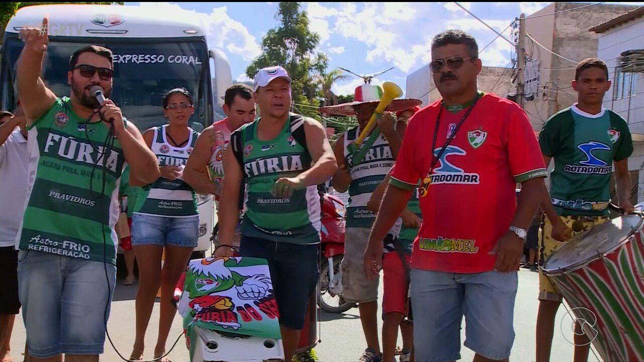Funcionários e torcedores do Salgueiro empurram o time na final do Pernambucano