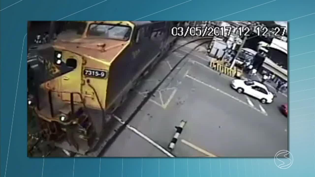 Idoso se arrisca em passagem de nível e quase é atropelado por trem ... 6faa9029cb